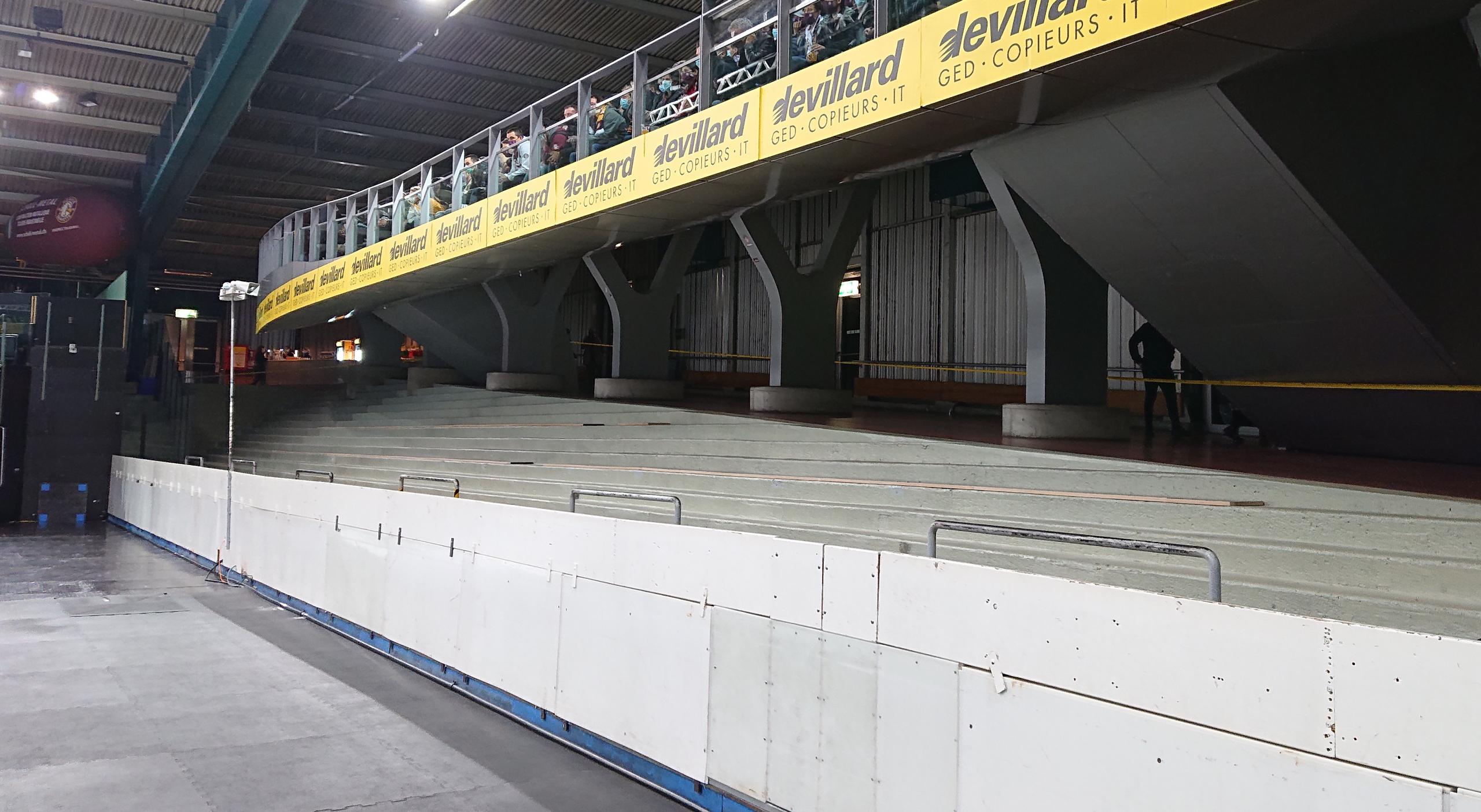 Une tribune vide dans le secteur debout d'une patinoire