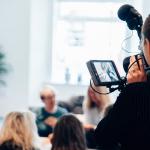 Une femme tenant une caméra