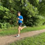 Nicolas court avec son téléphone pour suivre le tracé de la course virtuelle qu'il dispute